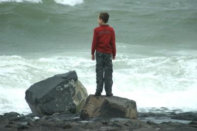 jongen-kijkt-uit-over-zee-400x266.jpg
